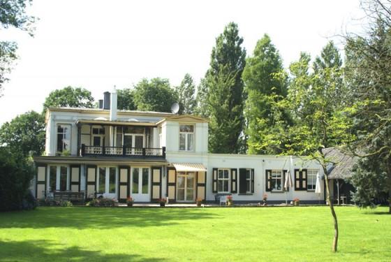 Huize De Kaa in de zomer, tuinkant
